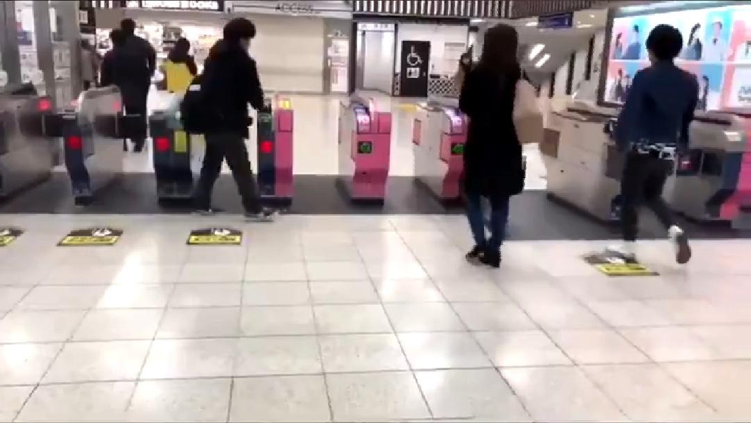 【バカッター】改札前で迷惑行為をする男性