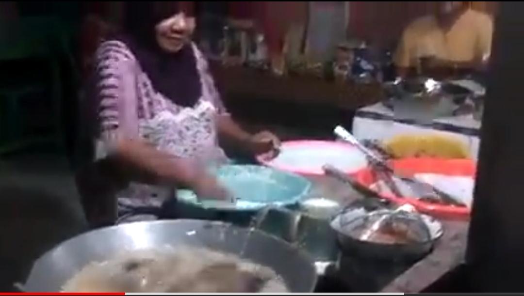 油で揚げてる揚げ物を素手で扱うおばさんが発見される