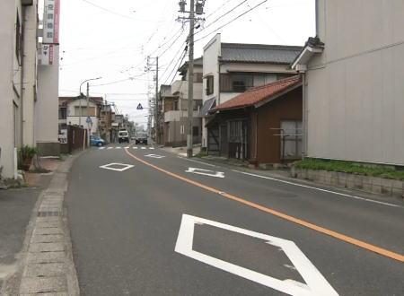 愛知県で女性をひき逃げした34歳のロードバイクに乗った男が逮捕されている所を捕らえた防犯カメラの映像。