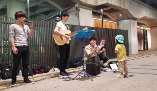 路上ライブで1人の男の子がやってきた、すると即興で男の子の為に歌う姿が素敵すぎると話題に